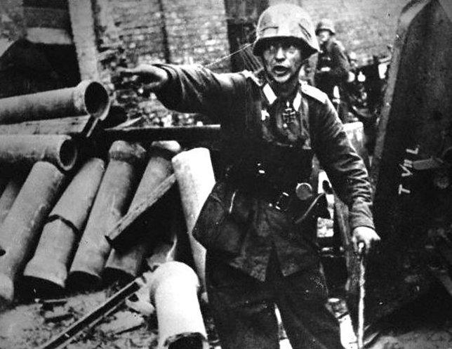Офицер Вермахта на одной из улиц Варшавы отдает приказы солдатам