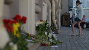 Цветы у посольства Нидерландов в Москве в память о погибших пассажирах и членах экипажа лайнера Boeing 777 Малайзийских авиалиний