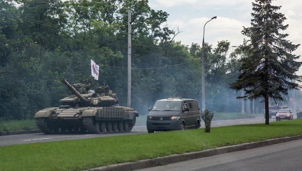 Бойцы народного ополчения на дороге в Донецке