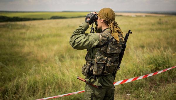 Ополченец на месте крушения самолета Boeing 777 авиакомпании Malaysia Airlines на Украине