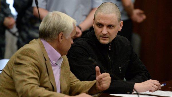 Обвиняемый в подготовке массовых беспорядков оппозиционер Сергей Удальцов (справа) в здании Мосгорсуда