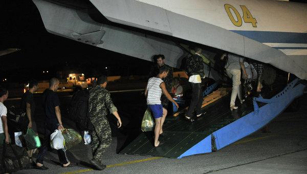 Украинские военные во время посадки на украинский военно-транспортный самолет Ан-26 перед вылетом из аэропорта Ростова-на-Дону в Одессу