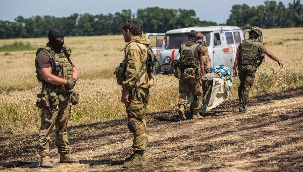 Командир отряда ополченцев и украинский военный общаются на нейтральной территории вблизи села Диброво. Архивное фото