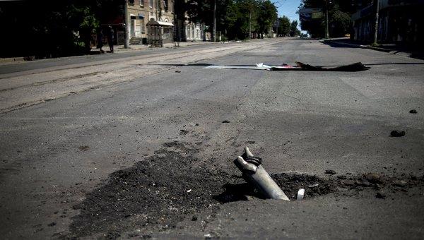 Фрагмент снаряда, застрявший в асфальте. Архивное фото