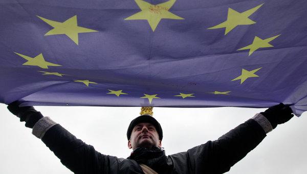 Мужчина держит флаг Евросоюза. Архивное фото