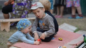 Дети играют во дворе жилого дома в Горловке