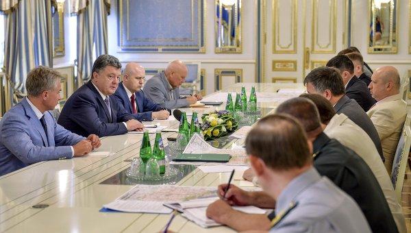 Президент Украины Петр Порошенко во время совещания с руководителями силовых ведомств страны