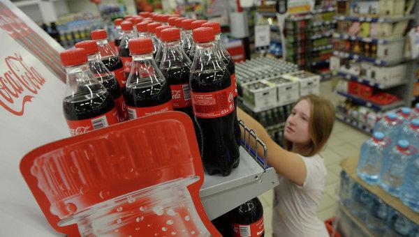 Девушка выбирает продукцию Coca-Cola в одном из магазинов Москвы