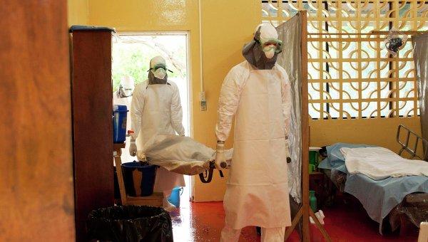 Доктора несут больного зараженного вирусом Эбола в больнице