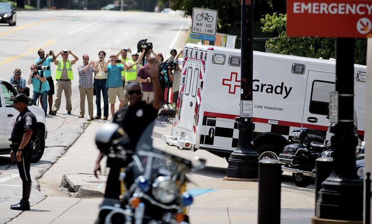 Скорая помощь перевозит второго инфицированного вирусом эбола американского волонтера