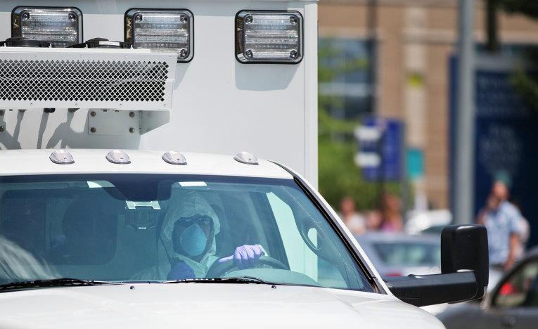 Скорая помощь перевозит американского волонтера, заразившегося вирусом эбола, в Атланте, США