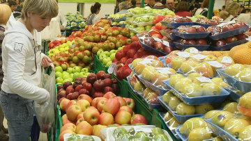 Овощи и фрукты в магазине. Архивное фото