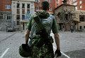 Боец ополчения на подвергшейся обстрелу украинской армией улице Донецка