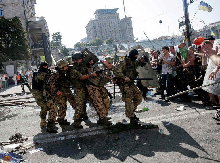 Столкновение митингующих с правительственными силами на площади Независимости в Киеве
