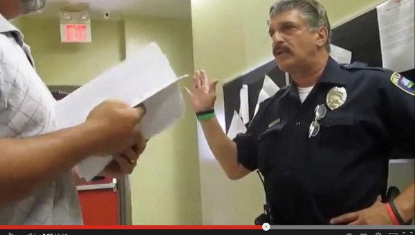 Кадр из видео с американским полицейским Ричардом Ресином