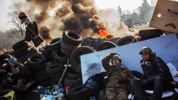 Сторонники радикальной оппозиции на баррикаде Институтской улицы в Киеве.Архивное фото.