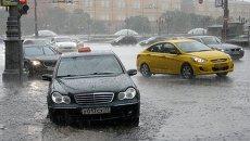 Автомобили на Тверской улице в Москве во время ливня. Архивное фото
