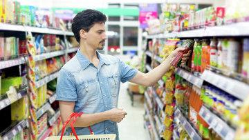 Мужчина в магазине. Архивное фото