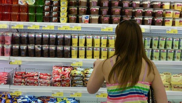 Покупатель выбирает продукты в магазине