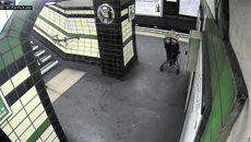 Ребенок в коляске упал на рельсы метро в Лондоне. Запись камер наблюдения