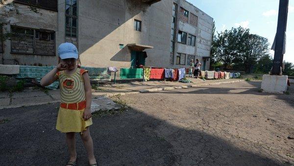 Девочка у бомбоубежища в городе Горловке в Донецкой области