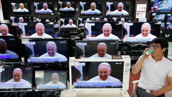 Трансляция визита Папы Римского Франциска на экранах магазина бытовой техники в Сеуле