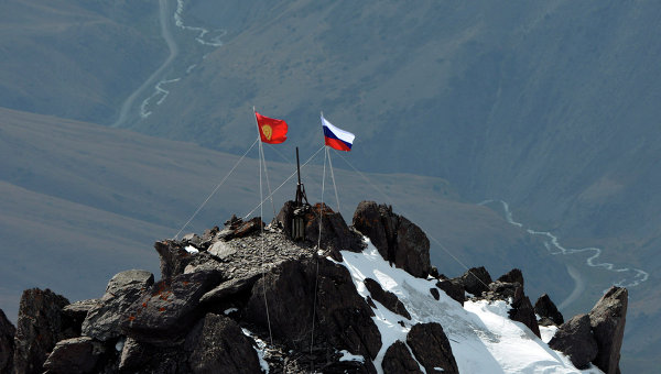 Киргизский и российский флаги на пике Владимира Путина в Тянь-Шане. Архивное фото.
