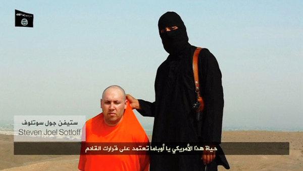 Кадр из видео, на котором боевик-исламист якобы обезглавливает предположительно американского журналиста Джеймса Фоули