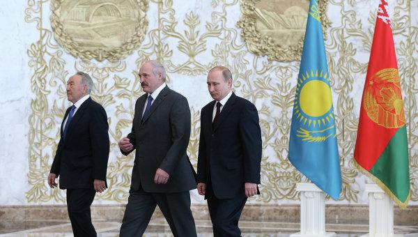 Президент России Владимир Путин, президент Белоруссии Александр Лукашенко и президент Казахстана Нурсултан Назарбаев
