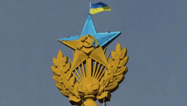 Неизвестные выкрасили звезду на шпиле высотки на Котельнической набережной в голубой цвет