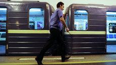 Машинист обходит состав на станции метро в Санкт-Петербурге. Архивное фото