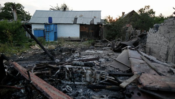 Разрушенный частный дом после обстрела в Донецке