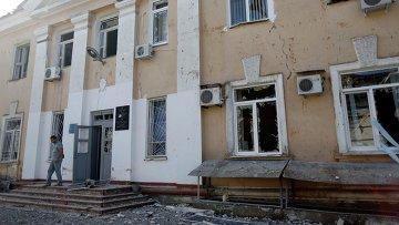 Здание больницы, пострадавшее в результате обстрела в Донецке, архивное фото