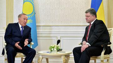 Президент Казахстана Нурсултан Назарбаев (слева) и президент Украины Петр Порошенко. Архивное фото