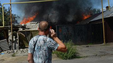 Мужчина у горящего дома в Петровском районе Донецка