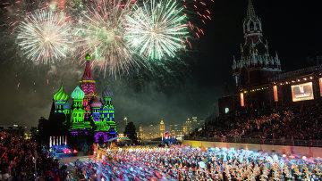 Праздничный салют на военно-музыкальном фестивале Спасская башня