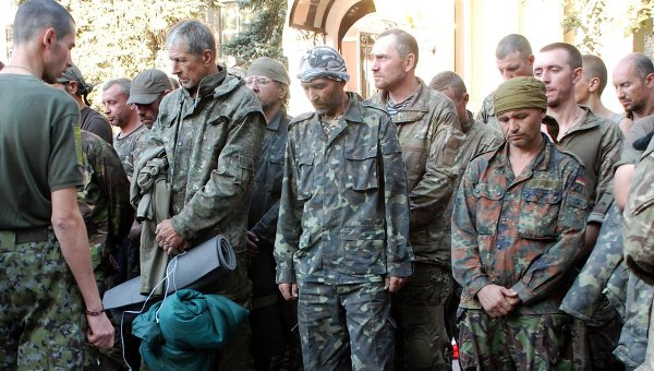 Пленные украинские военные, вывезенные из окружения под Иловайском. Архивное фото