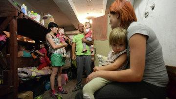 Жители Донецка в бомбоубежище Петровского района. Архивное фото