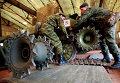 Военнослужащие ремонтируют боевую технику в полевых условиях во время учений системы материально-технического обеспечения Восточного военного округа