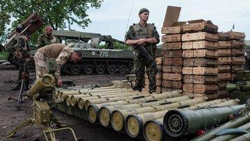 Украинские силовики разбирают оружие