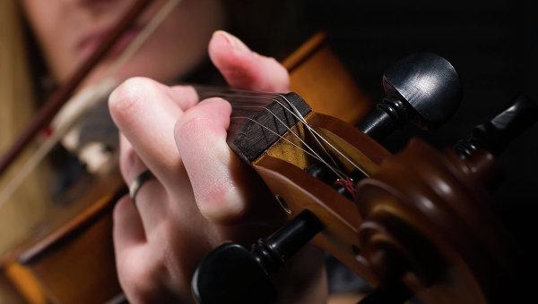 Девушка играет на скрипке. Архивное фото