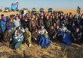 Члены 40 экспедиции на МКС после приземления с членами спасательного отряда
