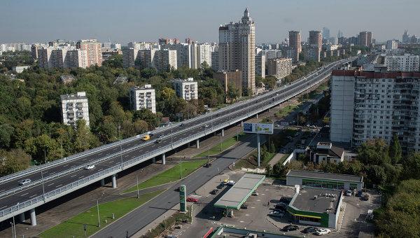 Автомобильное движение по эстакаде на Можайском шоссе