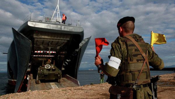 Бронетраспортер во время погрузки на большой десантный корабль Пересвет. Архивное фото
