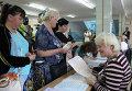 Жители Симферополя получают бюллетени для голосования на выборах
