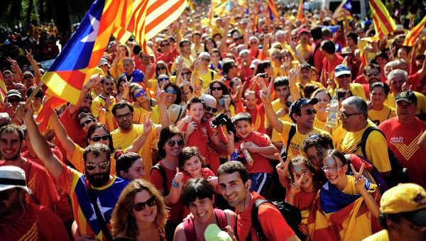 Люди во время демонстрации, призывающей к независимости Каталонии. Барселона. Архивное фото