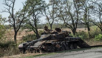 Уничтоженный танк на окраине Луганска. Архивное фото