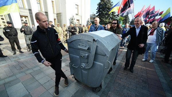 Участники пикета в поддержку закона о люстрации власти. Архивное фото