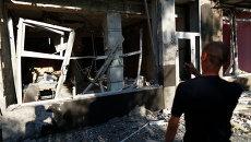 Мужчина у разрушенного дома после артобстрела в Макеевке под Донецком. Архивное фото.
