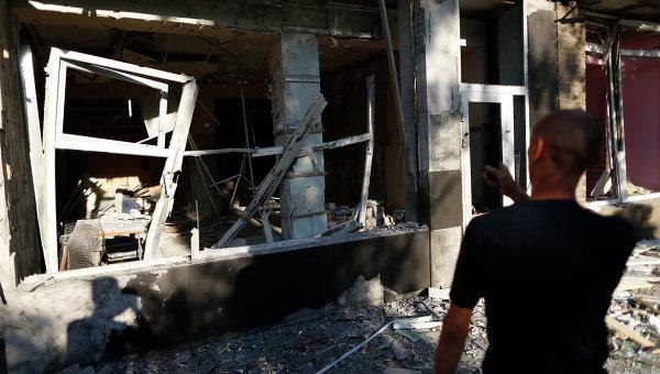 Мужчина у разрушенного дома после артобстрела в Макеевке под Донецком